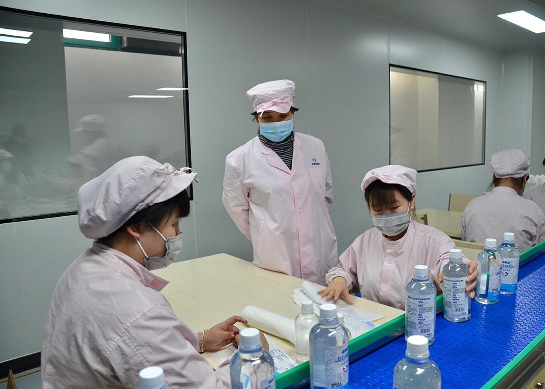 市政协委员韩淑芹坚守抗疫生产一线,组织指挥应急药品生产1.jpg