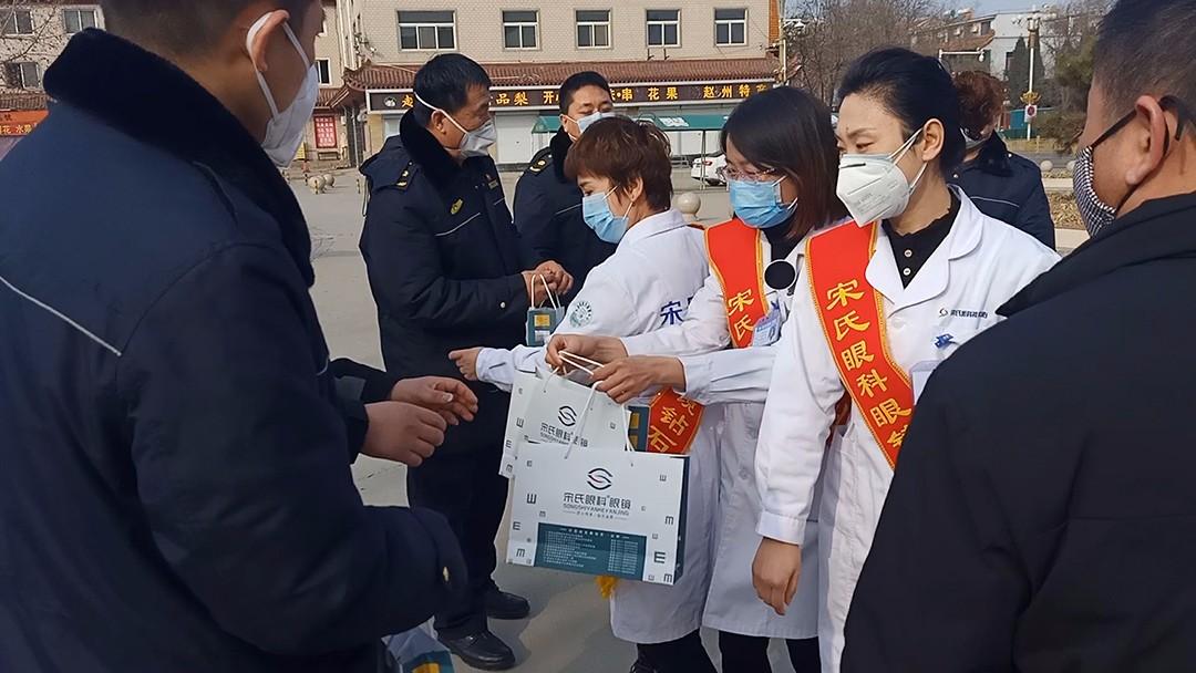 赵县政协委员张春峰将护目镜捐赠给路口检查站民警和医护人员.jpg