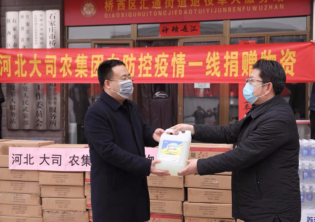 桥西区政协委员贾嵩向汇通街道办事处捐赠消毒液、方便食品、瓶装水等物资价值4万元,助力打赢疫情防控阻击战。1.jpg